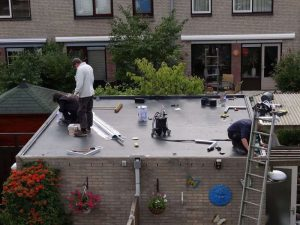 Als laatste wordt de aluminium dakrand aangebracht